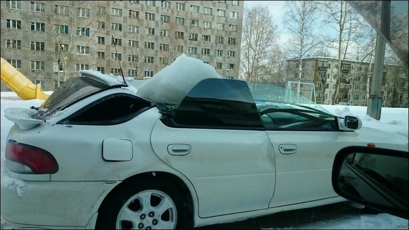 На крышу автомобиля упал ледяной ком