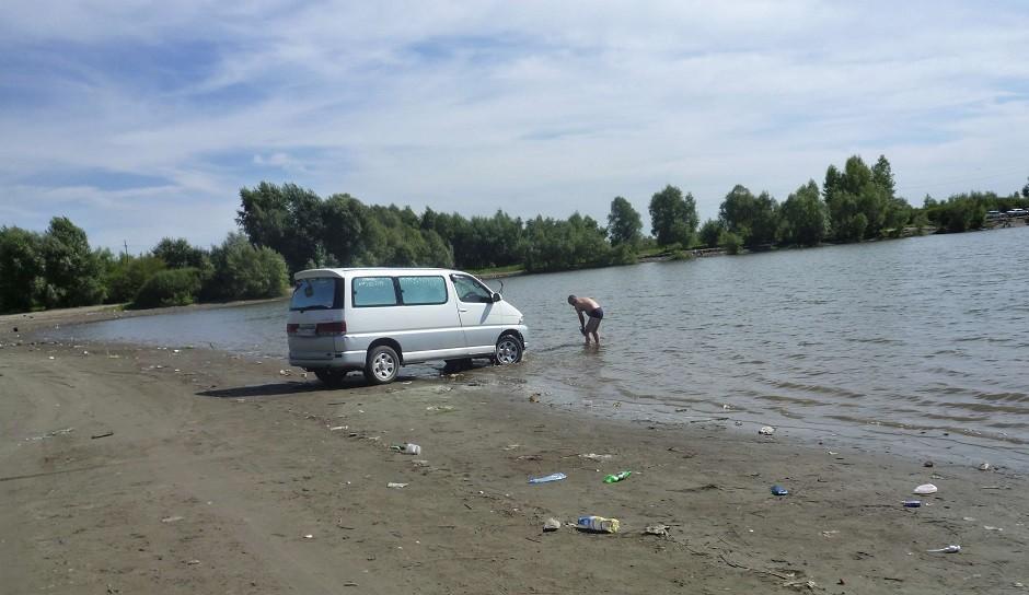 Транспортное средство на берегу водоема