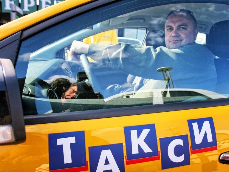 Таксист за рулем