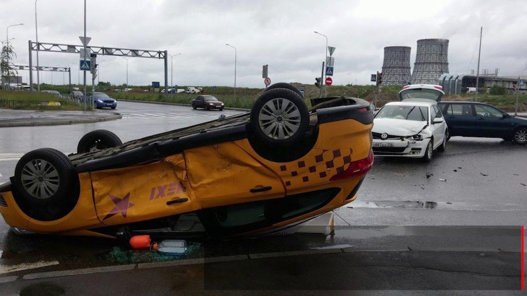 Машина такси перевернулась в результате ДТП