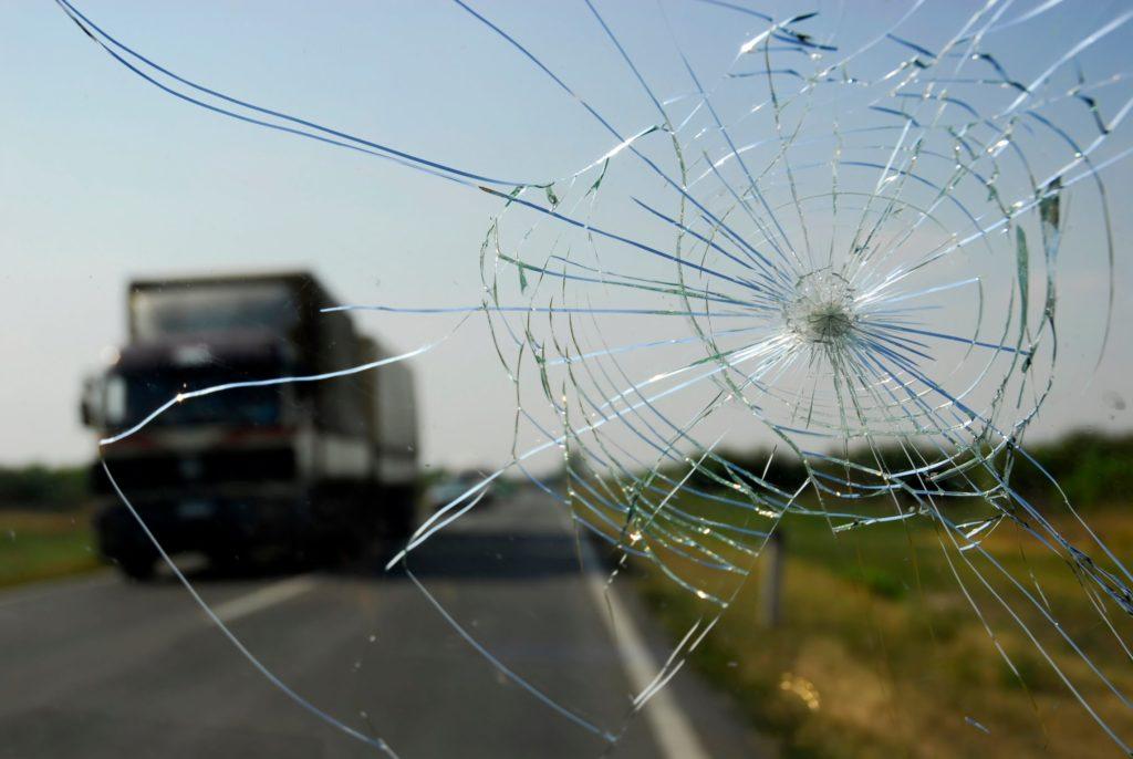 Паутина на лобовом стекле автомобиля