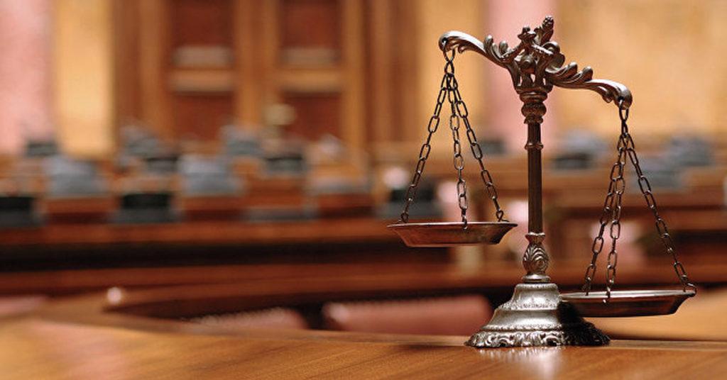 Весы Фемиды в зале судебных заседаний