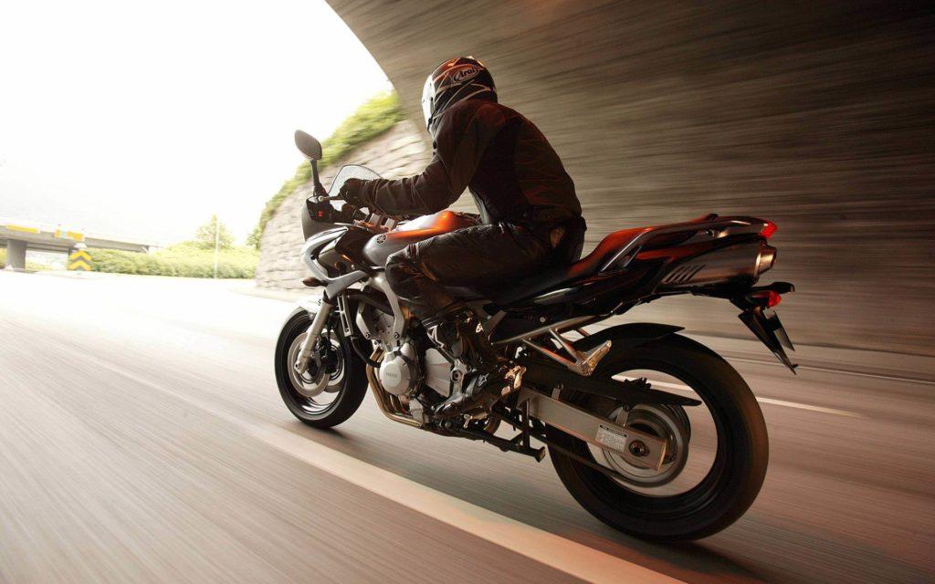 Передвижение на мотоцикле с высокой скоростью