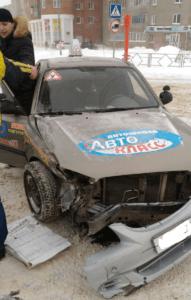 Поврежденная передняя часть гоночного автомобиля