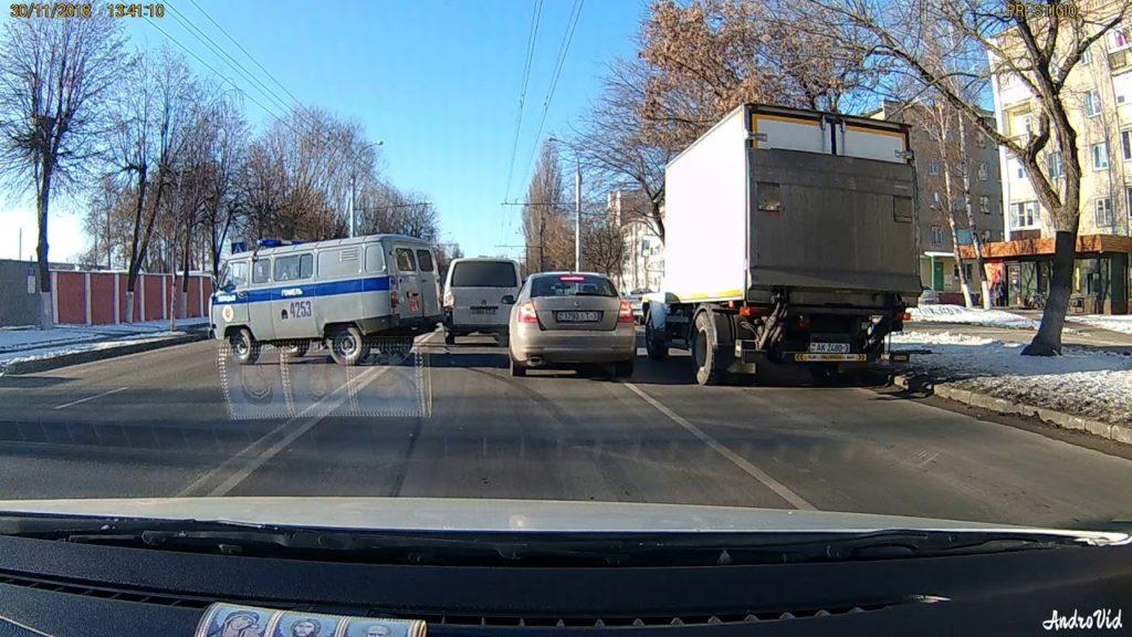 Полицейский УАЗик перекрыл встречную полосу движения